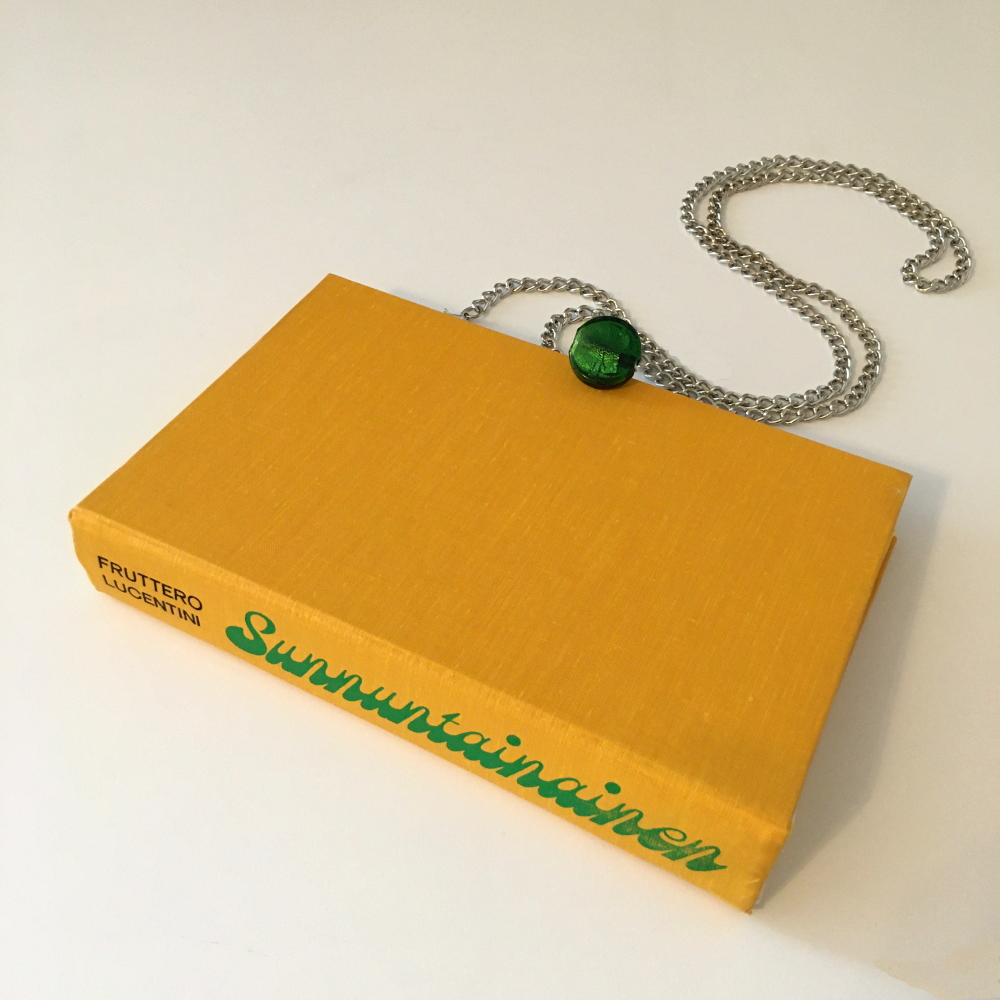 """Keltainen kirjalaukku """"Sunnuntainaiselle"""" kirjasta."""