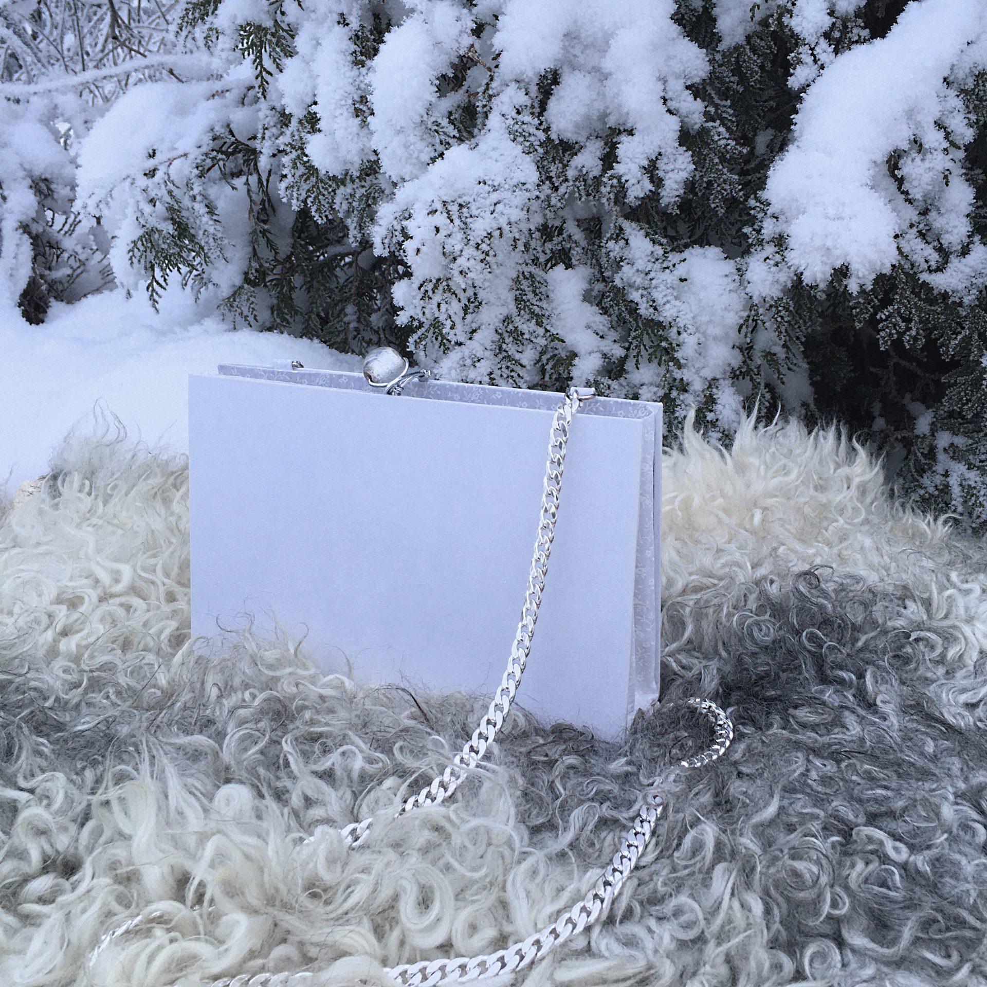 """Valkoinen hääkirjalaukku, """"Twelve times blessed""""."""